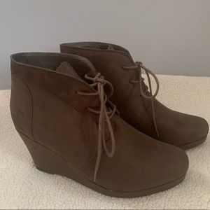 NWOB T&G brown wedge booties, faux suede